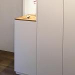 Garderobe im Flur mit Sitzbank