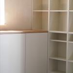 Sideboard mit Bücherwand