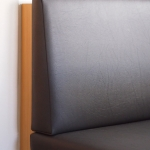 Gepolsterte Sitzbank mit Lärchentisch